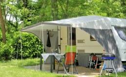 Emplacement vert pour caravane Camping Qualité France