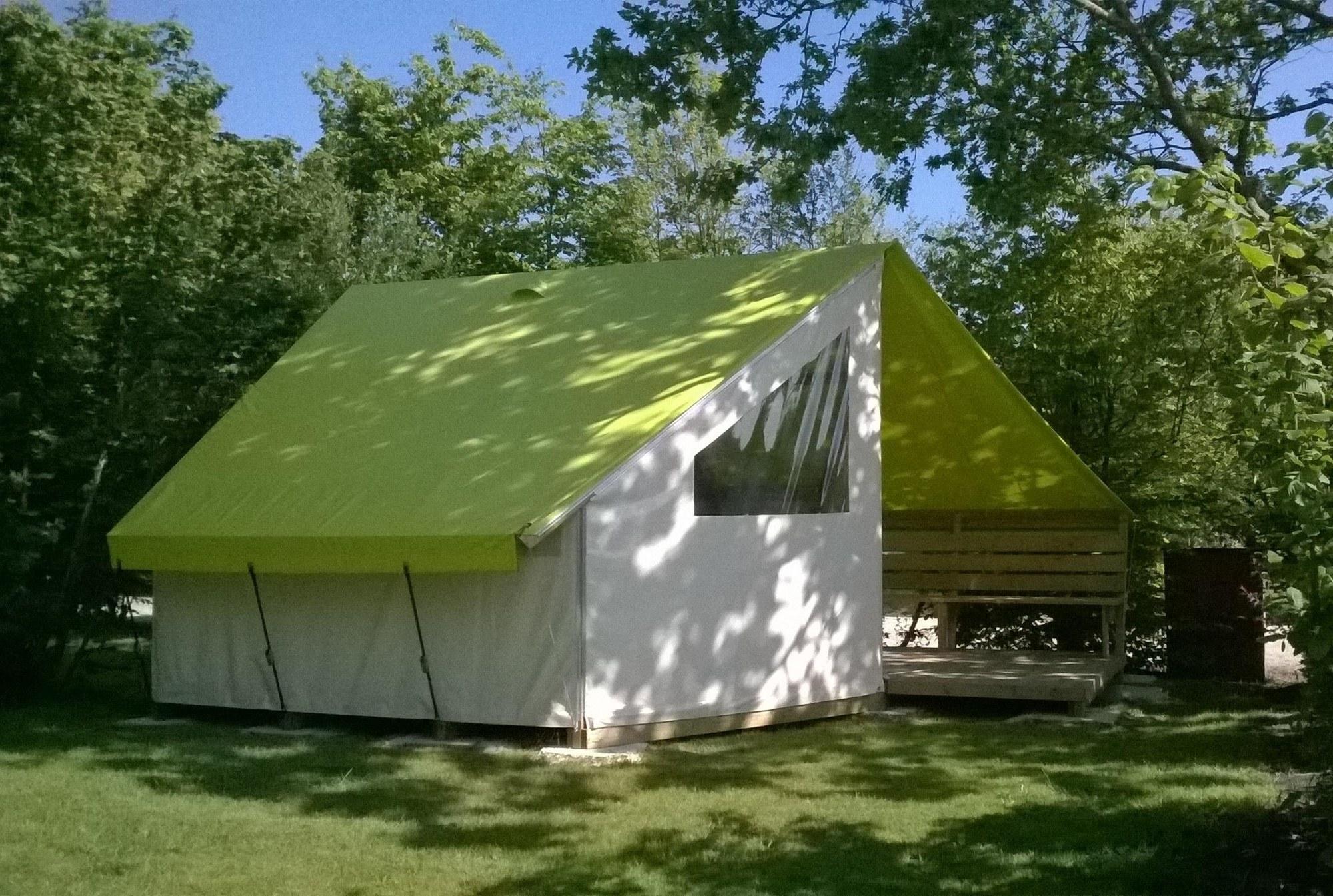 tente toilée sur un emplacement ombragé au camping les charmes en Pays-de-la-Loire