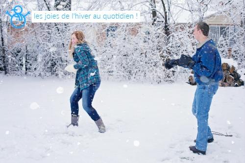 les plaisirs de l'hiver, jeux d'hiver, bataille de boules de neige en camping, luge, bonhomme de neige
