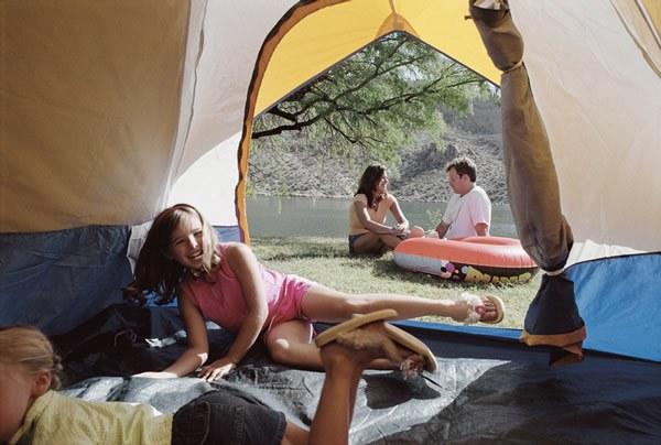 Emplacement pour tente en bord de rivière Camping Qualité France