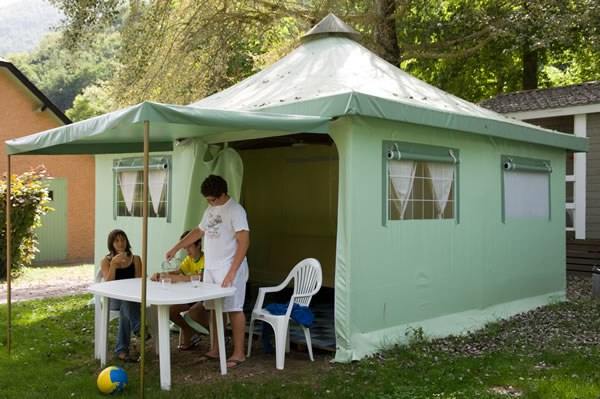 Location tente camping en france equip e toil e for Tente cuisine camping