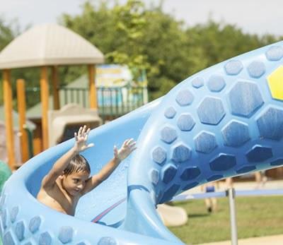 enfant toboggan aquatique parc piscine Camping Qualité France