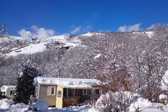 Camping hiver en Savoie - mobil-home avec terrasse