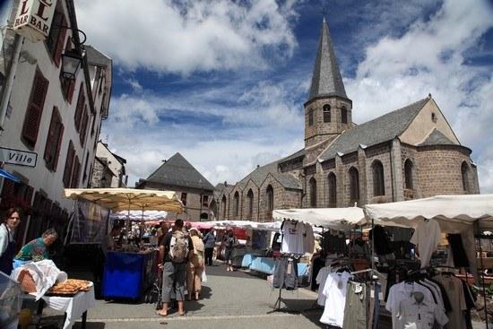 Église et marché aux puces en Auvergne Camping Qualité - Puy-de-Dôme
