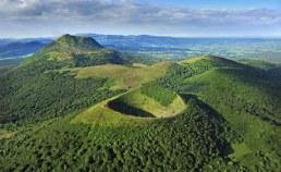 Région Auvergne Camping Qualité - Puy de Pariou et puy de Dome, Chaine des puys, vue aerienne, 63, Auvergne, france