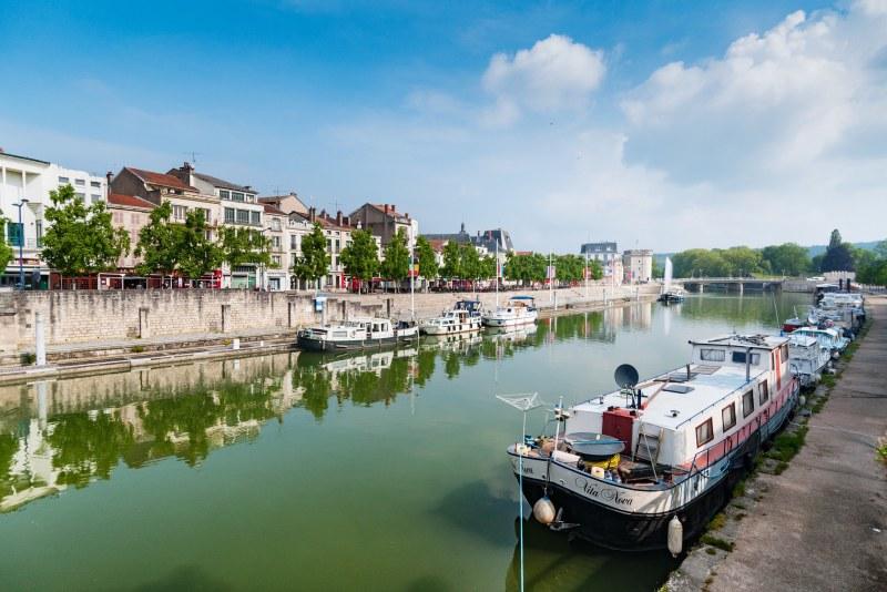 Ville en bord de canal dans les Ardennes Camping Qualité Grand-Est