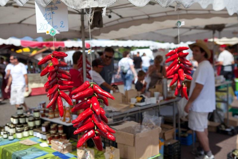 Piments sur un marché de plein air dans le département des Landes en région Nouvelle Aquitaine Camping Qualité