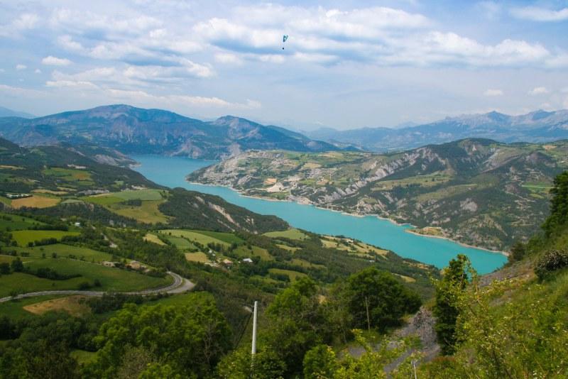 Vue aérienne du lac de Serre-Ponçon dans les Alpes Camping Qualité PACA