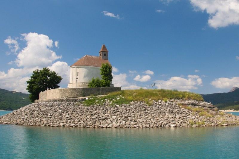 Lac de Serre-Ponçon dans les Alpes de Haute-Provence Camping Qualité PACA
