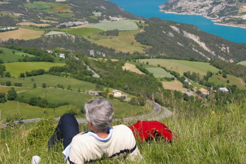 Randonnée dans les Alpes avec vue sur un lac alpin Camping Qualité PACA