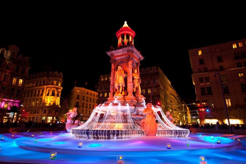Lyon (69) - Fête des lumières, fontaine de la place des Jacobins Camping Qualité Auvergne-Rhône-Alpes