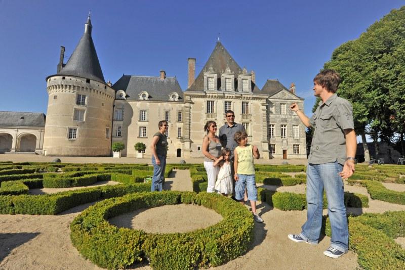 Famille à Azay-le-Ferron, lors d'une visite guidée Camping Qualité Centre-Val de Loire