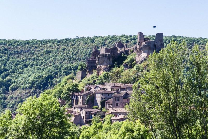 Ruines d'un château dans le département du Tarn en région Occitanie Midi-Pyrénées Camping Qualité