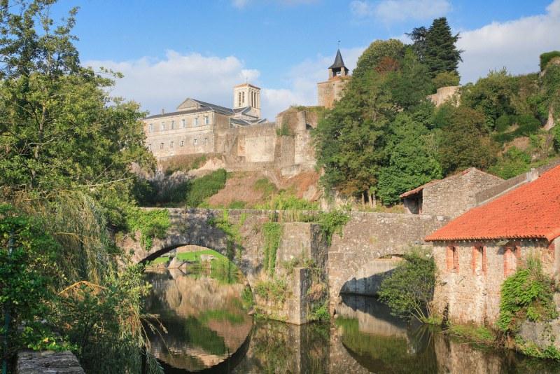 Pont en pierre dans le département Deux-Sèvres en région Poitou-Charentes Nouvelle Aquitaine Camping Qualité