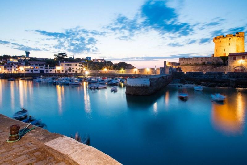 Port du Pays-Basque de nuit dans le département des Pyrénées-Atlantiques en région Nouvelle Aquitaine Camping Qualité