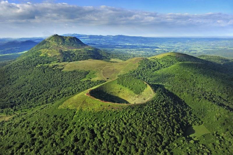 Vue aérienne sur le Puy de Pariou et le Puy-de-Dôme en Auvergne Camping Qualité Auvergne-Rhône-Alpes