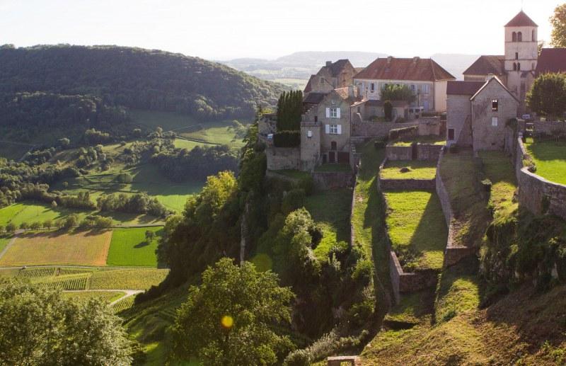 Vue sur Château-Chalon dans le Jura Camping Qualité