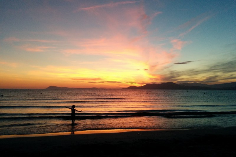 Coucher de soleil sur une plage de la presqu'île de Giens dans le Var - Camping Qualité PACA Var