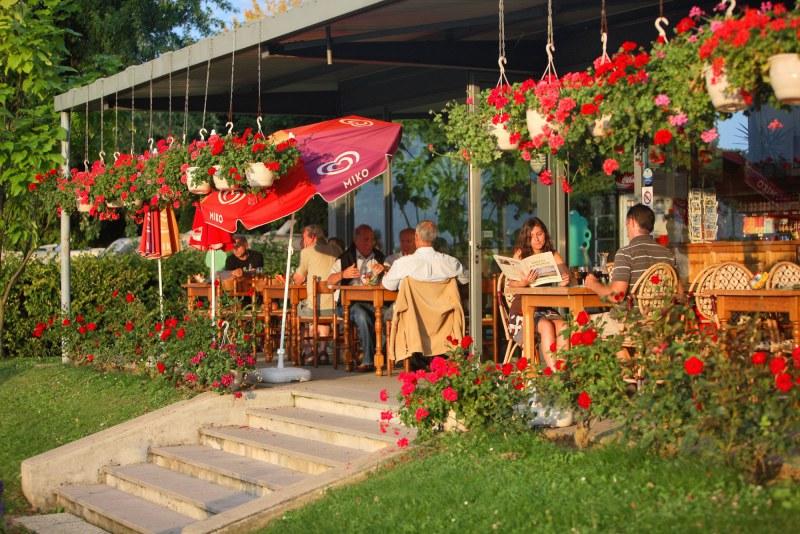 Restaurant avec pergola dans un camping labellisé Camping Qualité