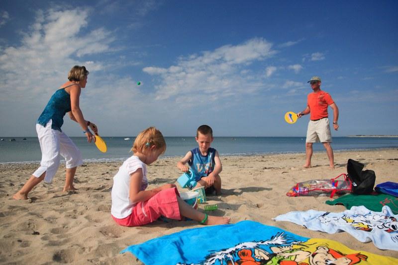 Famille à la plage du camping