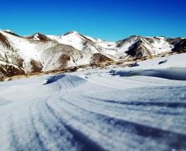 Paysage des Pyrénées enneigées Camping Qualité en hiver