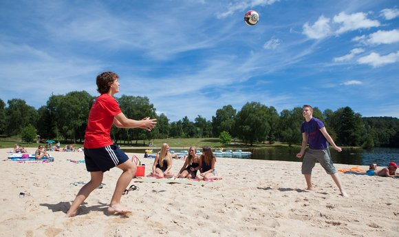 volleyball sur une plage en bord de lac - activités et loisirs en camping