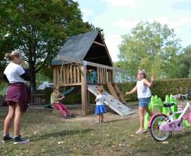 Aire de jeux pour enfants au Camping Le Fil de l'eau 3 étoiles Bourgogne-Franche-Comté - Côte d'Or | Label Camping Qualité