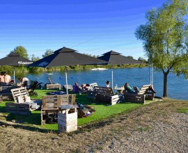 Terrasse en bord de lac au Camping Le Fil de l'eau 3 étoiles Bourgogne-Franche-Comté - Côte d'Or | Label Camping Qualité